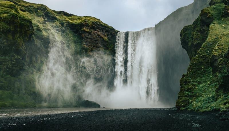 Landschaftsansicht von Skogafoss-Wasserfall in den kühlen Farben, Skogar, Island lizenzfreie stockfotografie