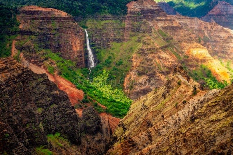 Landschaftsansicht von Waipoo-Wasserfall in Waimea-Schlucht, Kauai, Hawaii lizenzfreie stockfotografie
