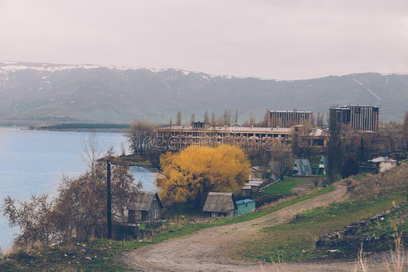 Landschaftsansicht zum Seeufer mit unfertigen Multygeschichtenhäusern stockfotos
