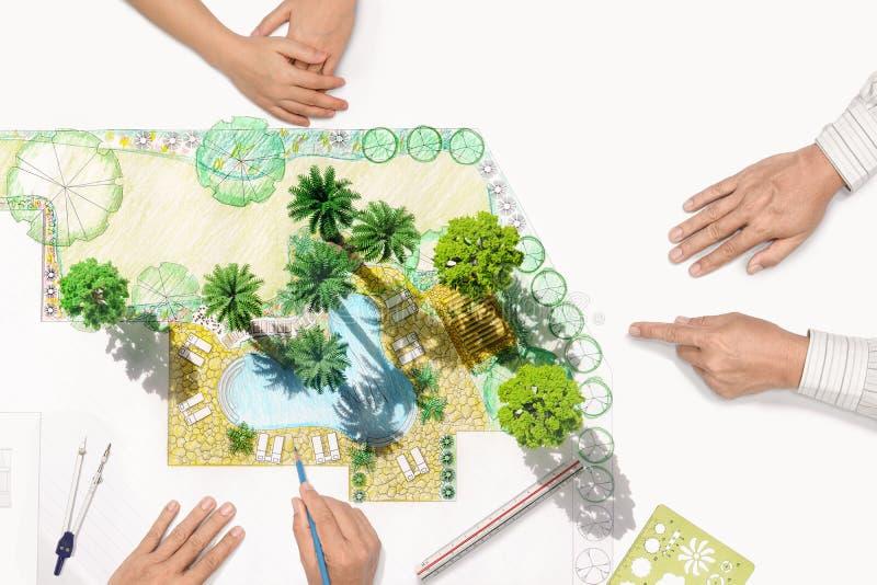 Landschaftsarchitektsitzung mit Kunden lizenzfreie stockbilder