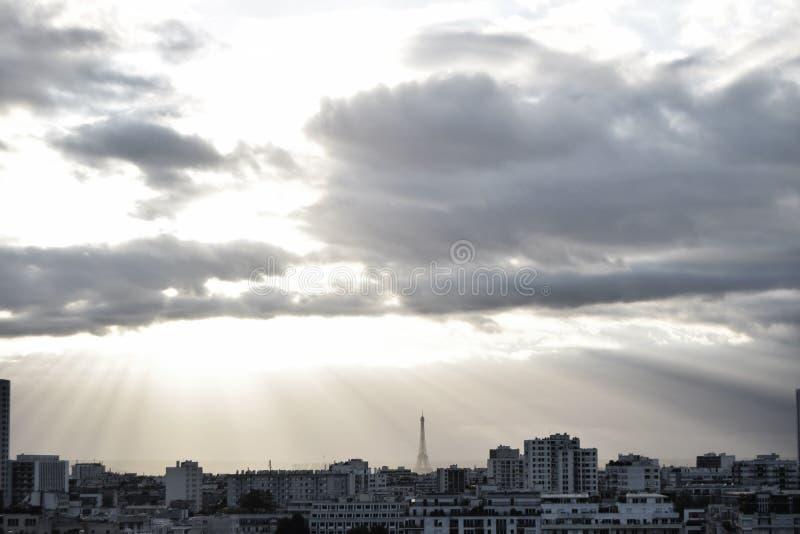 Landschaftsbild über Paris während des Tageslichts stockfotos
