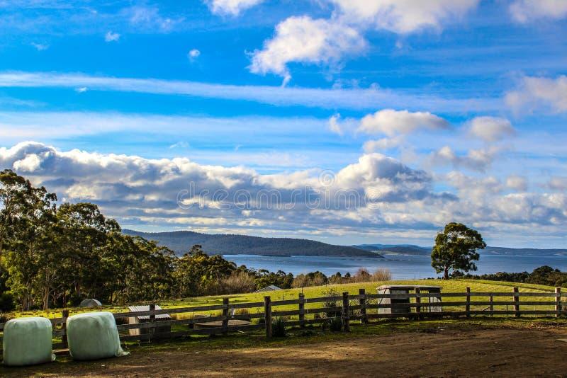 Landschaftsbild von einem Bauernhof lizenzfreie stockfotografie