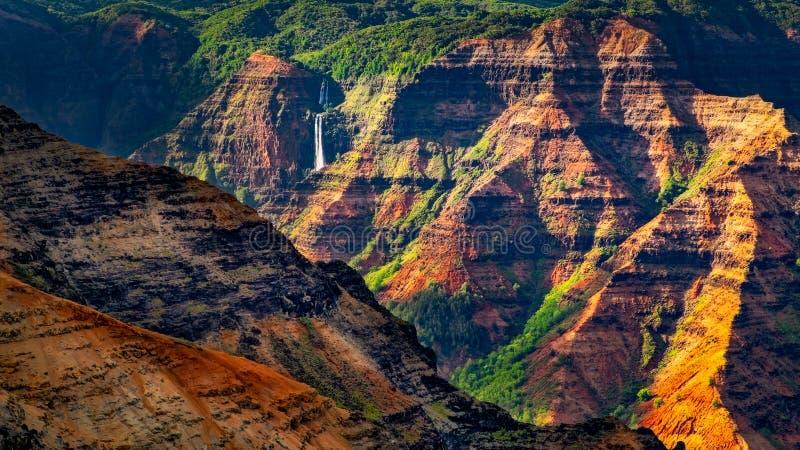 Landschaftsdetail von bunten Klippen schöner Waimea-Schlucht und von Wasserfall, Kauai, Hawaii stockfotos