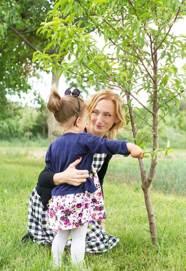 Landschaftsfamilienglück lizenzfreies stockfoto