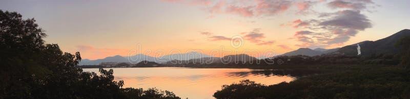 Landschaftsfoto - See mit Wasserwelle bei Sonnenuntergang lizenzfreie stockfotografie