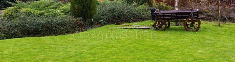 Landschaftsgestaltung im Garten stockfotos