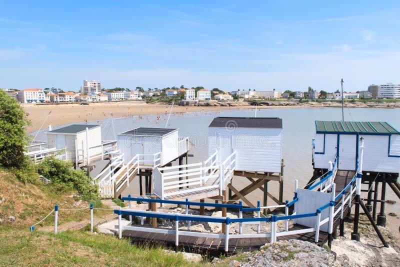 Landschaftsheilig-c$georges-de-c$didonne mit Fischer cabines stockbild