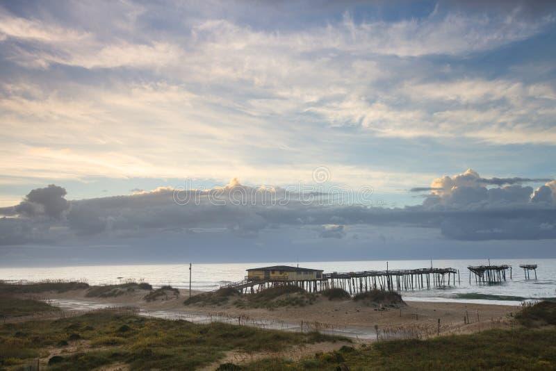 Landschaftsküstenwolken über Pier NC stockfotos