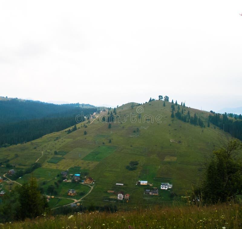 Landschaftskarpatengebirgsdorf raskinuti Hügel stockbilder