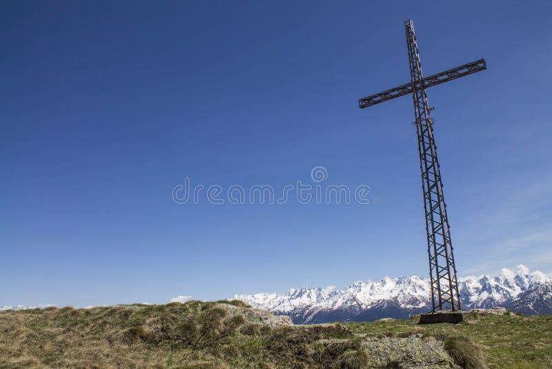 Landschaftskreuz auf einem Berg stockbilder