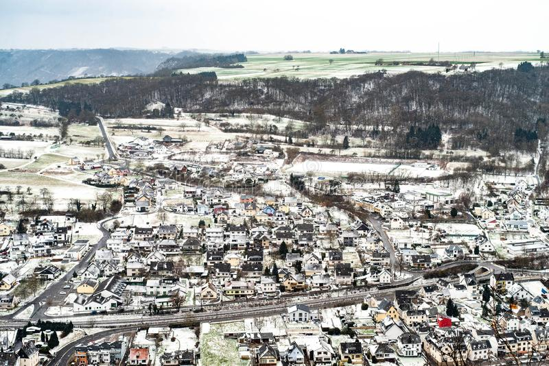 Landschaftslandschaft mit traditionellem Dorf in den Tälern von Mosel-Fluss in Deutschland auf kaltem Wintermorgen lizenzfreies stockbild