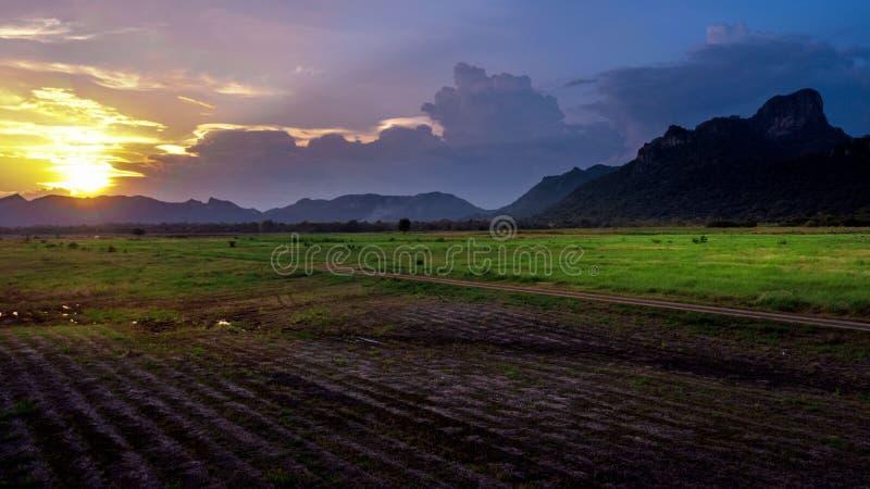 Landschaftslandschafts-Sonnenuntergang am Bauernhof-Feld stockfotografie