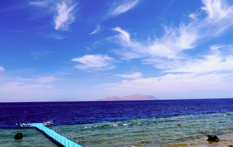Landschaftsmeerblickansicht vom Strand auf der Inselpontonbrücke mit Leibwächtern stockbild