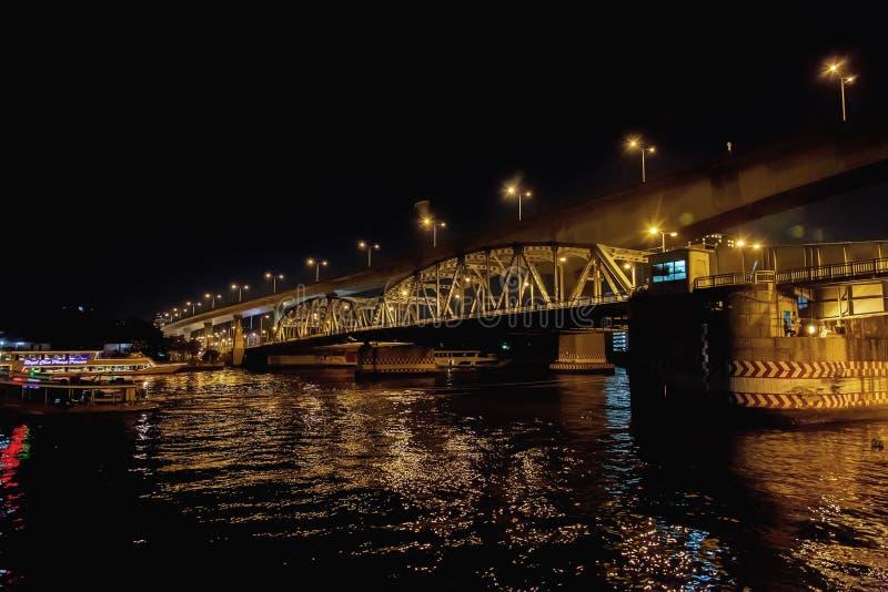 Landschaftsnacht von Fluss Choa Praya in der Nachtzeit lizenzfreies stockfoto