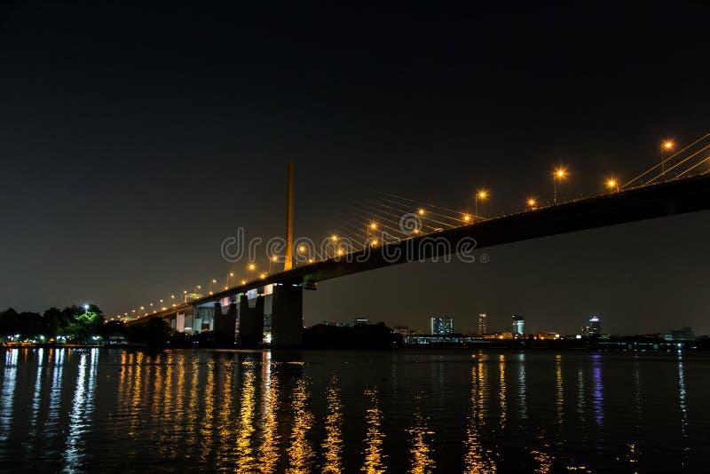 Landschaftsnacht von Fluss Choa Praya in der Nachtzeit lizenzfreies stockbild