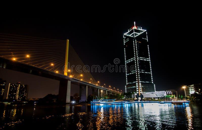Landschaftsnacht von Fluss Choa Praya in der Nachtzeit stockfotografie