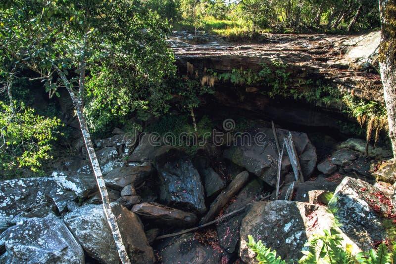 Landschaftsnatürlicher Wasserfall auf trockenem Berg Natur im Dschungel während der Trockenzeit, der Wasserfall ist trocken thail stockbilder