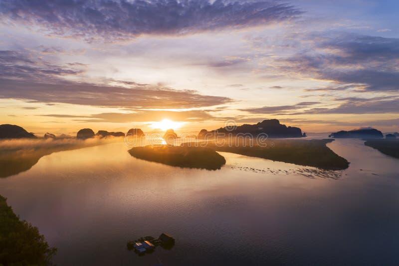Landschaftsnaturansicht, schöner heller Sonnenaufgang über Bergen im Thailand-Vogelperspektive-Brummen schoss lizenzfreie stockfotografie