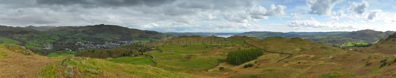 Landschaftspanorama: Berge, See, Tal, Bäume Stockbilder