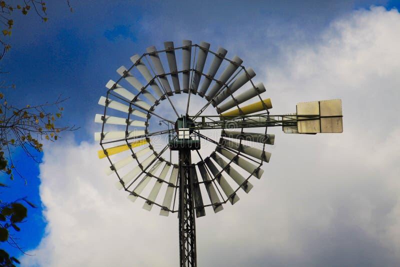 Landschaftspark杜伊斯堡,德国:关闭被隔绝的风轮反对天空蔚蓝和云彩 免版税库存照片