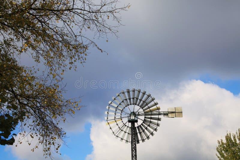 Landschaftspark Дуйсбург, Германия: Закройте вверх изолированного колеса ветра против голубого неба и облаков стоковые изображения rf