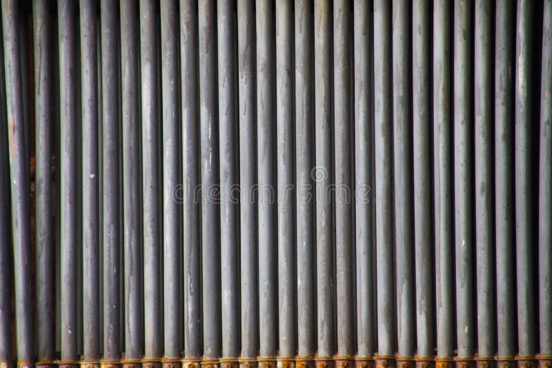 Landschaftspark Duisbourg, Allemagne : Fermez-vous des tuyaux superficiels par les agents gris d'isolement de fer dans une rangée photos libres de droits