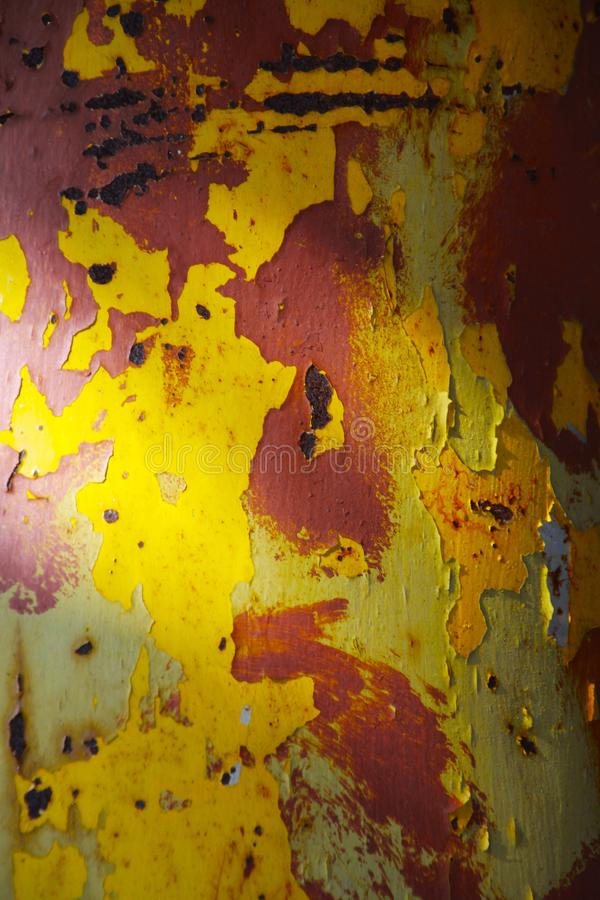 Landschaftspark Duisburg, Alemanha: Feche acima da multi pintura colorida brilhante que descasca fora um tubo corroído do metal foto de stock royalty free
