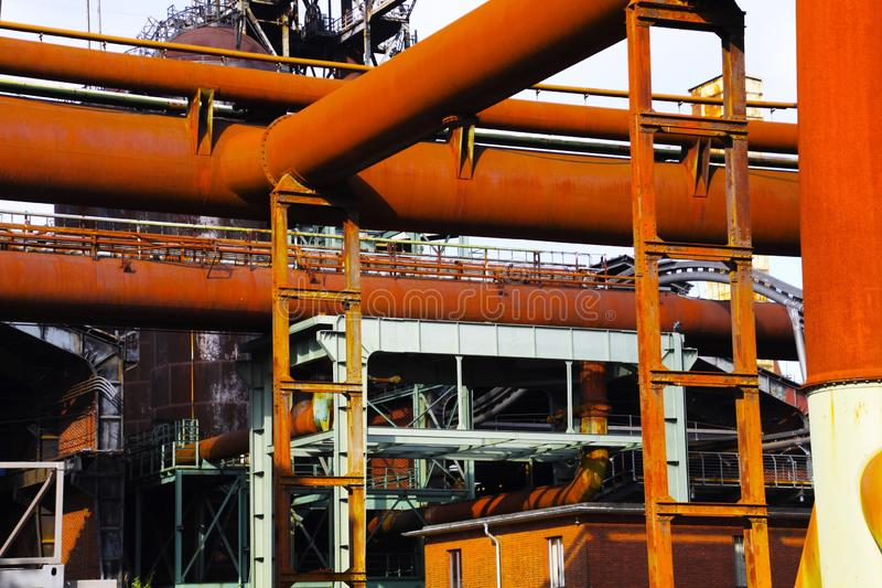 Landschaftspark Duisburg, Duitsland: Lage hoekmening over roestige piplines stock foto's