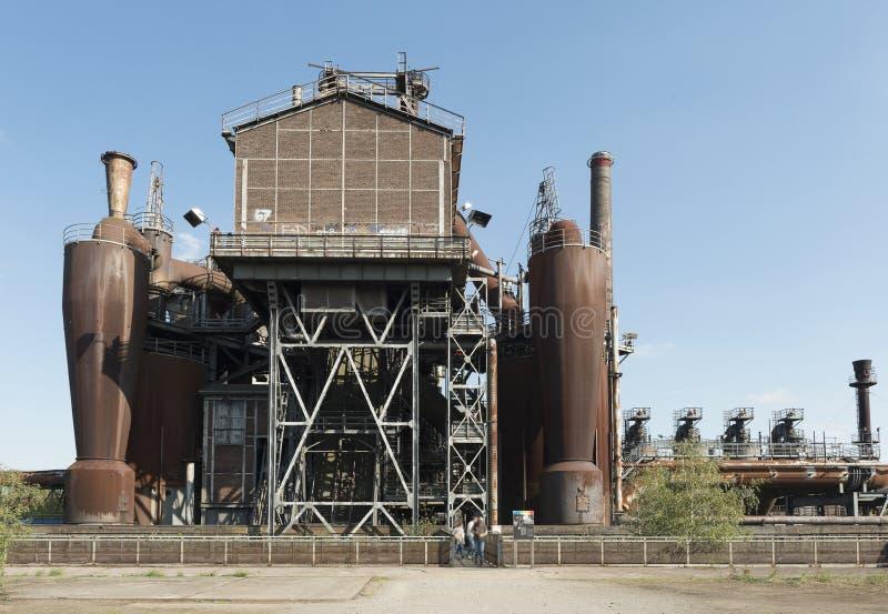 Landschaftspark mit einem geschlossenen unten Hochofenfabrikteil der industriellen Kultur von Deutschland lizenzfreie stockfotografie