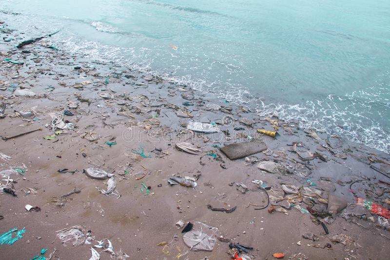 Landschaftsseeküste nach Sturm, Sandstrand mit Plastikabfallverschmutzung lizenzfreie stockfotografie