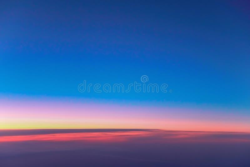 Landschaftssonnenaufgang über Wolken Tapezieren Sie helle rot-orange Dämmerung im dunkelblauen Morgenhimmel Ansicht vom Öffnungsf lizenzfreie stockbilder