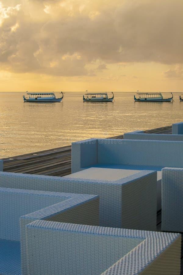 Landschaftsstrand mit Boot lizenzfreies stockfoto