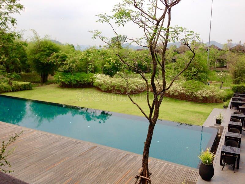 Landschaftsswimmingpool und Terrasse stockbilder