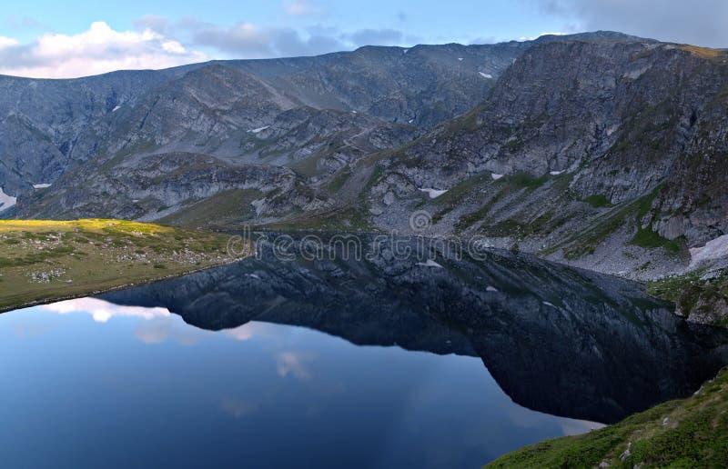Landschap aan de hemel en de bergen stock afbeeldingen