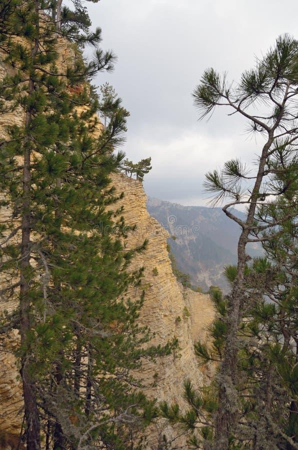 Landschap in bergen met steile hellingen en mist royalty-vrije stock afbeeldingen