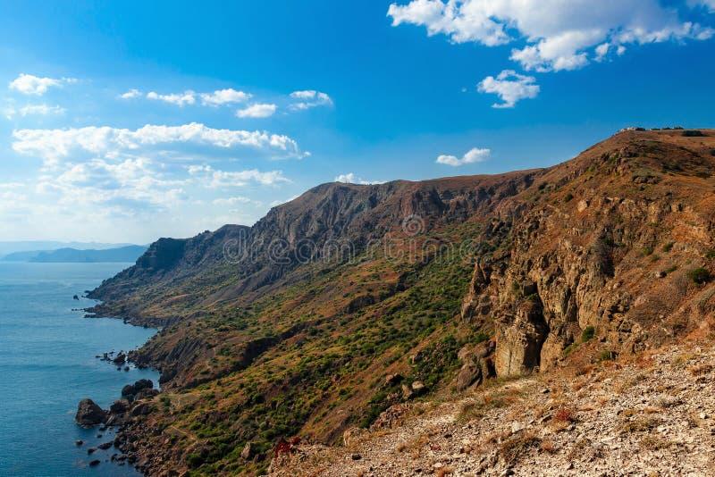 Landschap, de zomer, dag, de Krim, bergen, overzees, Kaap Megan, mening vanaf de bovenkant van de kustlijn en de horizon royalty-vrije stock afbeeldingen