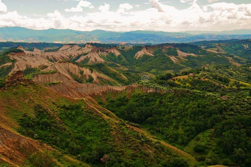 Landschap dichtbij stadscivita met woestijnen en land met erosie wordt vernietigd die badlands stock afbeelding