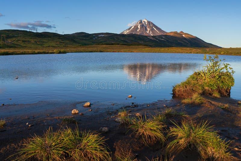 Landschap die alpien landschap gelijk maken bij zonsondergang: bezinning van vulkaan stock afbeeldingen