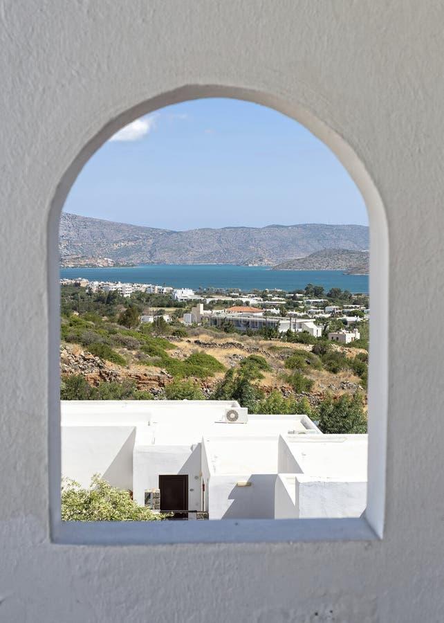 Landschap door een venster wordt gezien dat royalty-vrije stock afbeelding