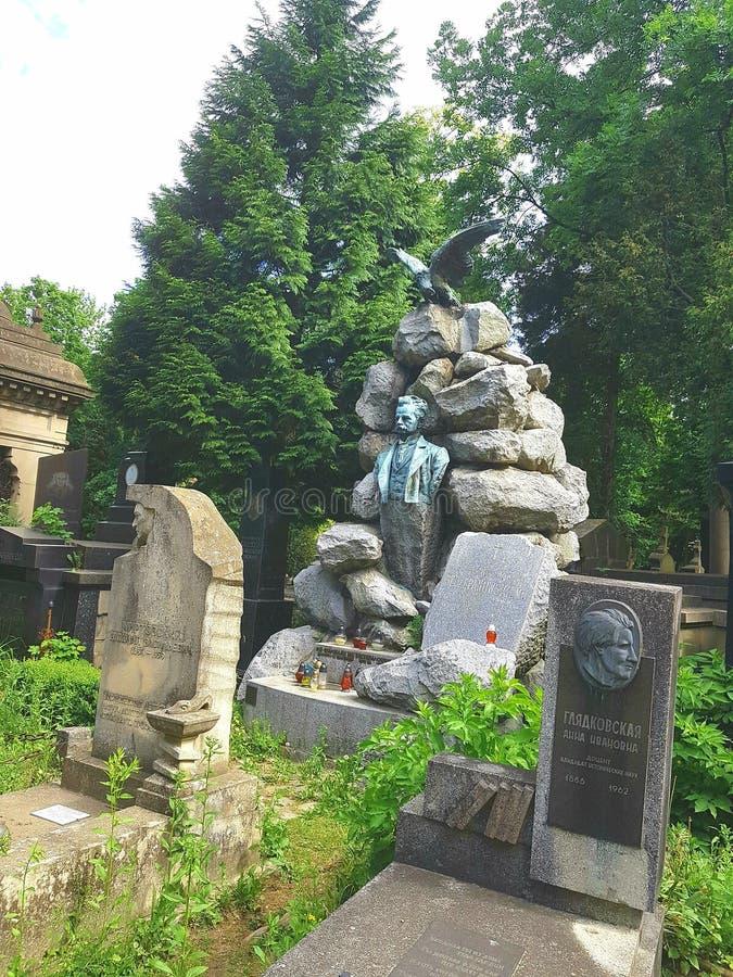 Landschap Een oude crypt van een stapel van stenen Een standbeeld van een mens in stenen wordt afgeschilderd Vanaf de bovenkant o stock foto