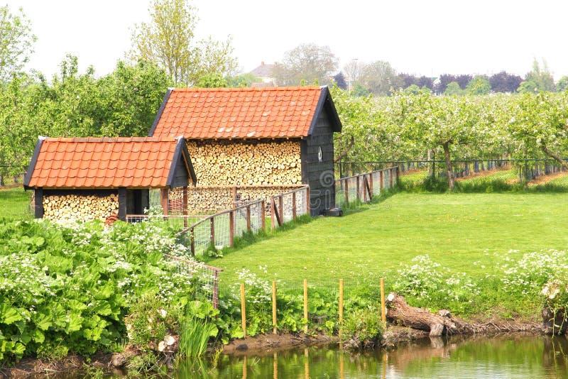 Landschap en pakhuizen met houten blokken, Betuwe, Nederland stock fotografie