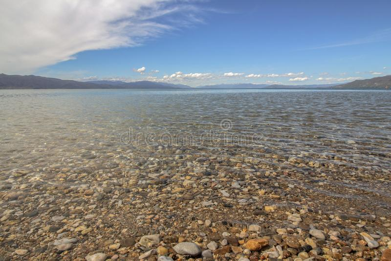 Landschap Glasheldere wateren van Ohrid-Meer en toneelhemel royalty-vrije stock foto's