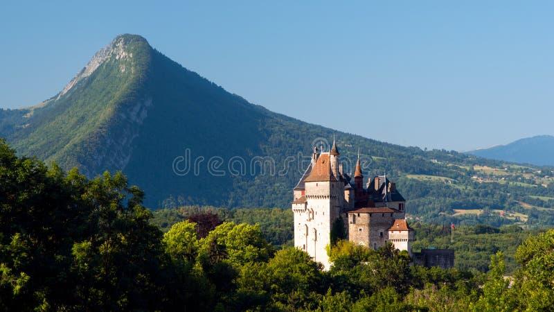 Landschap: kasteel en bergen royalty-vrije stock afbeelding