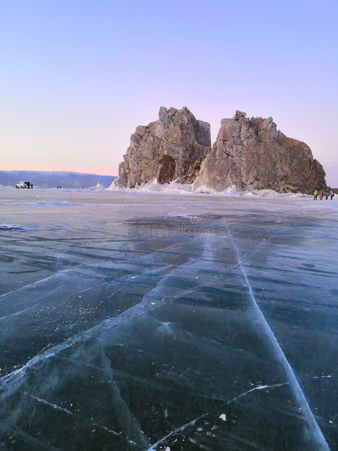Landschap Medicijnman Rock And Cape Burkhan in de winter op het Eiland Olkhon, rond het ijs Rusland stock afbeeldingen