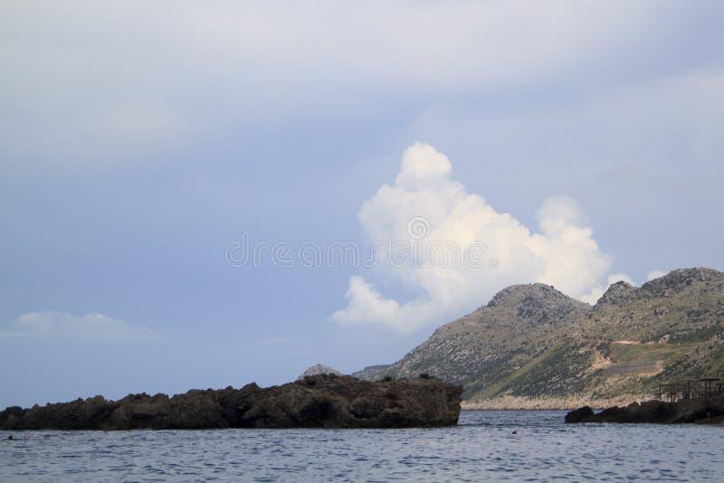 landschap met Adriatische overzees, bergen en wolken dichtbij Dobra Vod royalty-vrije stock foto