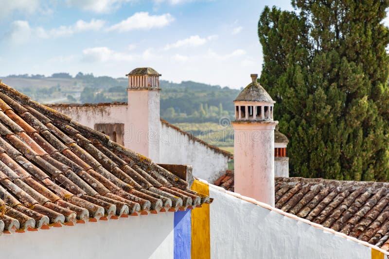Landschap met architectonische details, inclusief terra cotta dak, schoorstenen stock afbeeldingen