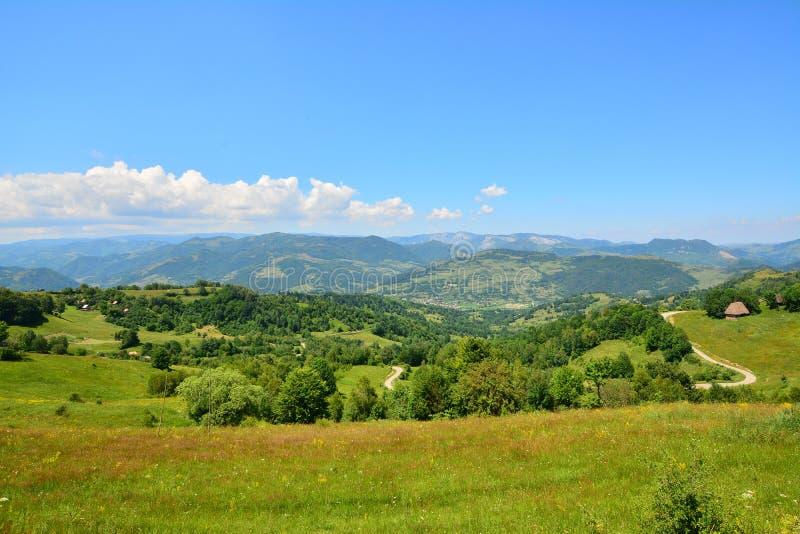Landschap met bergen, bomen, buitenhuis en weg. royalty-vrije stock fotografie