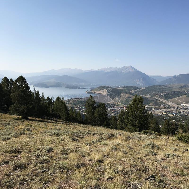 Download Landschap Met Bergen In De Afstand En Het Kleine Dorp Stock Foto - Afbeelding bestaande uit landschap, groen: 107704484