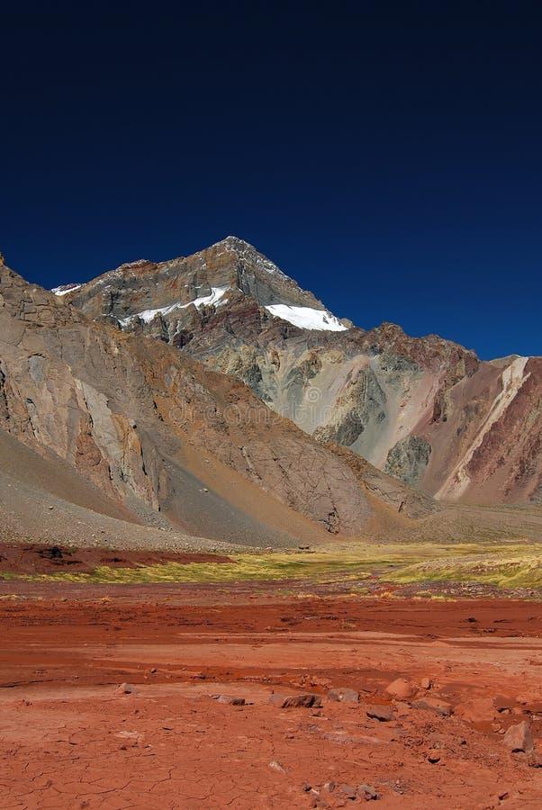 Landschap met bergen en vulkanische grond royalty-vrije stock afbeeldingen