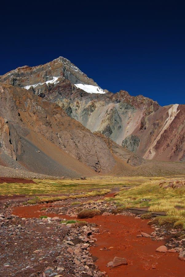 Landschap met bergen en vulkanische grond royalty-vrije stock afbeelding
